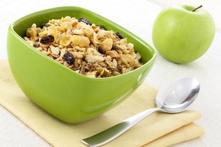 lecker und gesund Vollkornm?sli Fr?hst?ck, mit viel trockenem Obst, N?sse, K?rner und einem frischen Apfel Standard-Bild