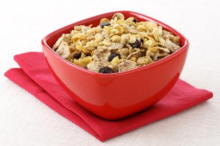 frutas secas: Desayuno de muesli integrales delicioso y saludable, con una gran cantidad de frutos secos, nueces y granos Foto de archivo