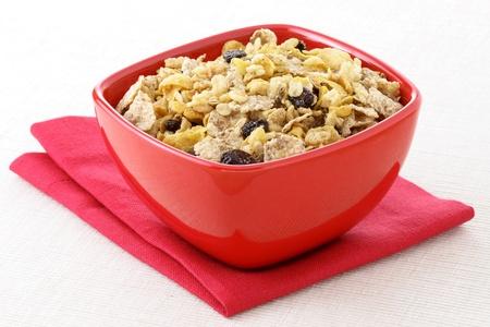 ドライ フルーツ、ナッツ類、穀物たっぷりの美味しくて健康的な全粒ミューズリーの朝食 写真素材