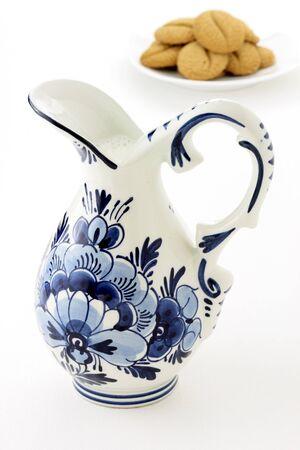 delftware: olandese antico vaso smaltato blu e bianco delftware, piena di latte fresco con i cookie