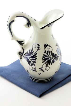 delftware: olandese antico vaso smaltato blu e bianco delftware pieno di latte fresco.