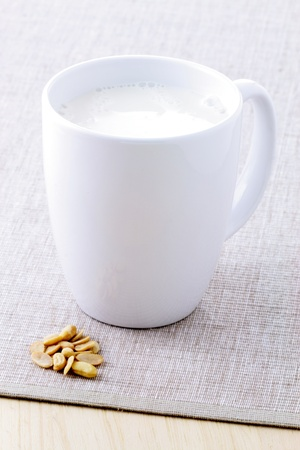 frische und gesunde Tasse Sojamilch mit Bio-Sojabohnen
