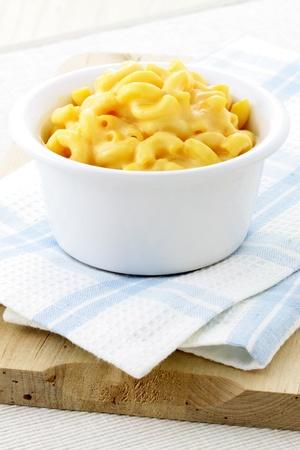 Köstliche Mac und Käse mit einer glatten, cremigen Sauce. Diese Makkaroni und Käse Familien beliebt ist immer eine willkommene Ergänzung zum Mittagessen oder zum Abendessen.
