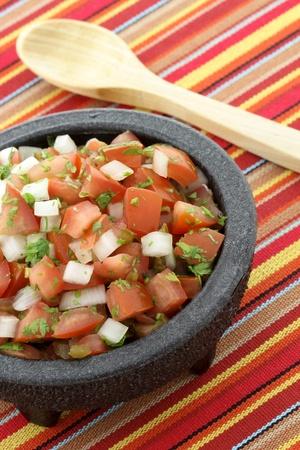 coriandrum sativum: pico de gallo tambi�n llamada salsa fresca, es un condimento fresco, crudo a partir de tomate picado, cebolla blanca, cilantro y chiles Foto de archivo