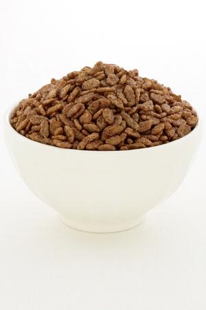 Leckere und nahrhafte Kakao-Geschmack, Knusperreis Getreide, in einer schönen Französisch Cafe au Lait Bowl serviert Standard-Bild