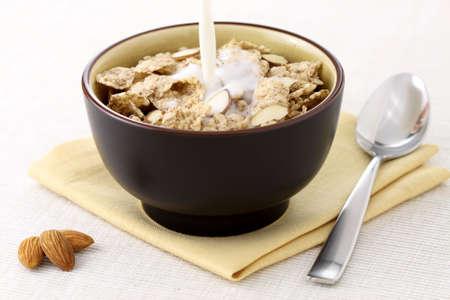 leche de soya: las almendras y cereales saludables riceflakes con leche, parte de un programa de nutrición saludable. leche en mottion.
