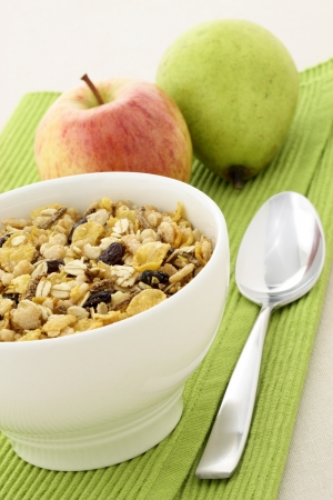 frutas secas: delicioso y saludable granola o muesli con manzana fresca org�nica y la pera, con un mont�n de frutas secas, nueces y granos. Foto de archivo