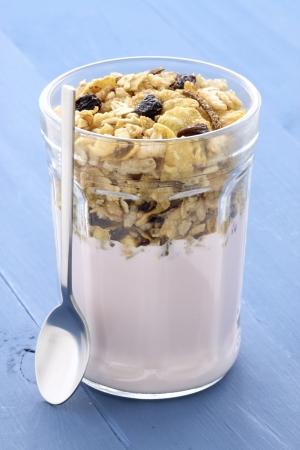 Frisch, gesund und lecker Joghurt-Parfait in vintage Französisch jar, das perfekte Frühstück, Snack oder Nachtisch. Standard-Bild