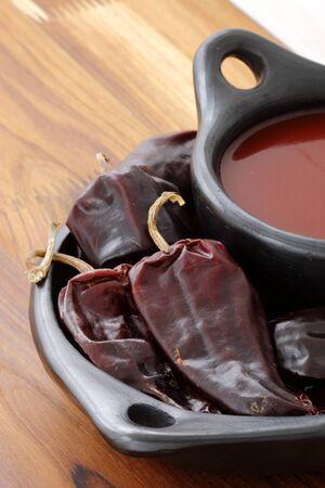 chiles picantes: Deliciosa salsa fermentada hot chili, hecha con chiles rojos, ajo y sal marina sin refinar simples para hacer