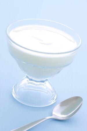 yogurt natural: Delicioso, nutritivo y saludable yogur natural fresco de la configuración de madera de época.