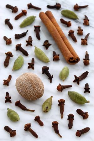 아름다운 향신료, 카라 라 대리석 조리대에서 온갖 종류의 음식과 음료를 맛보는 데 자주 사용됩니다.