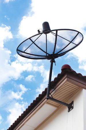antena parabolica: antena parab�lica en el techo de la casa. Foto de archivo