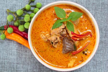 shoots: pollo al curry picante con brotes de bamb�, comida tailandesa.