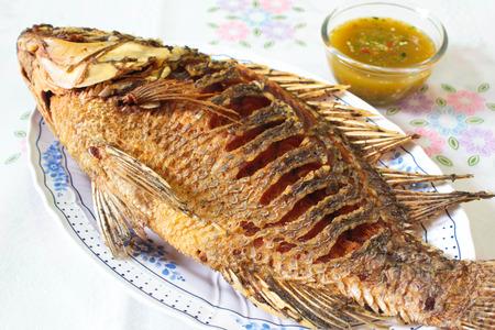 pescado frito: pescado frito y salsa de mariscos, comida tailandesa.