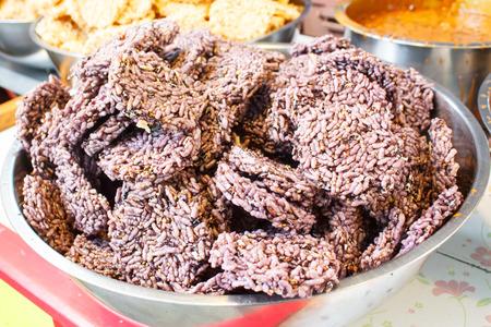 Riz soufflé avec du sucre ou friandise faite de riz gluant cuit à la vapeur, un snack-thai. Banque d'images - 34600317