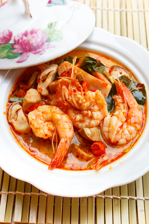 sour grass: Tom Yum Goong, spicy soup with shrimp - thai Cuisine.