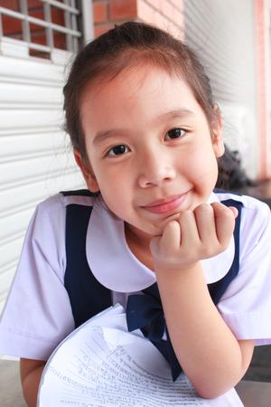 어린 소녀: little girl with a warm smile, thailand.