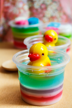 gelatina: gelatina de colorido, este postre a base de jugo y gelatina. Foto de archivo