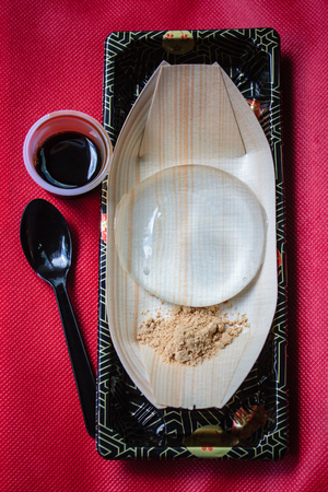 kropla deszczu: Water cake (the water drop dessert mochi mizu shingen mochi or Yamanashi Mochi ), Japanese style dessert with decoration, Raindrop Mizu Mochi.