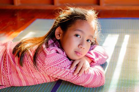 pubertad: Retrato de niña adolescente bonita cuando la luz del sol brilla. Foto de archivo