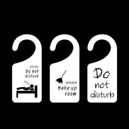 Etiquetas colgantes para la habitación en el hotel en el fondo negro Foto de archivo - 29971414