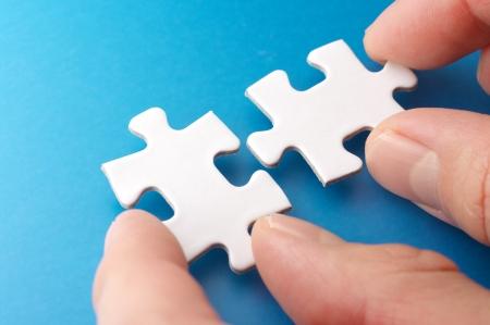 건물의 퍼즐 조각 개념 이미지를 연결하는 사람