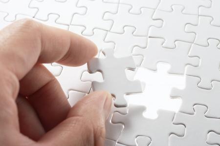 piezas de rompecabezas: Una persona que coincida con el �ltimo puzzle Imagen del concepto de la construcci�n de piezas y el bot�n de arriba