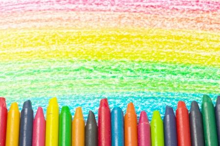 カラフルなクレヨンと虹の図面。