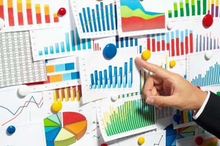 ビジネスマンのグラフを指摘 写真素材