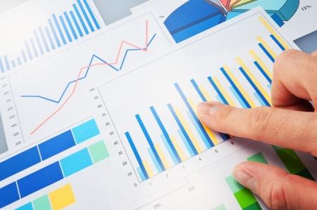 グラフ データを分析する財政を指しています。 写真素材