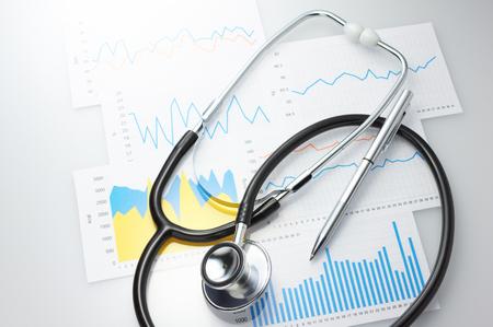 Risultati di un medico e dello stetoscopio Controllo delle condizioni sanitarie quotidiane Archivio Fotografico - 25828468