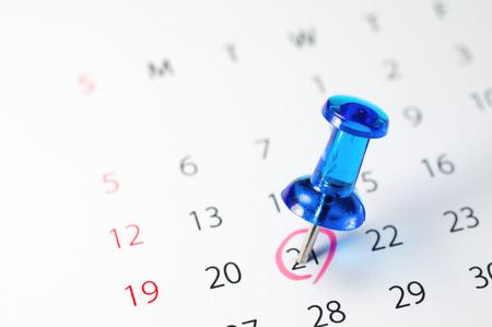 マーク カレンダー カレンダーとプッシュピン 写真素材