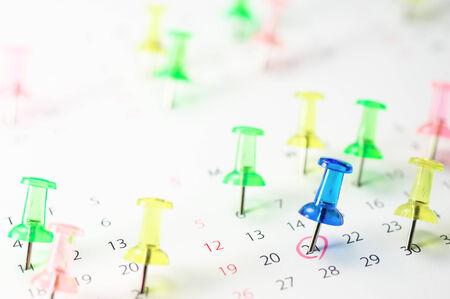 重要なスケジュール カレンダーとプッシュピン 写真素材