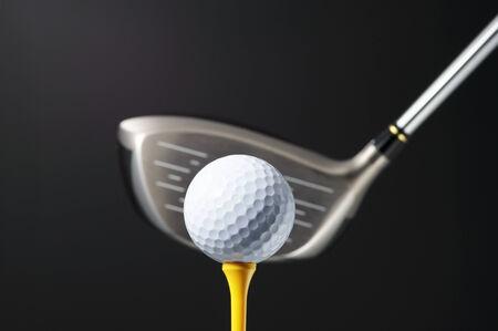 前方ビューからドライバーとゴルフのボール。(水平)