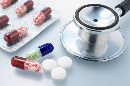 pilule: Imagen Cuidado de la salud Primer plano de estetoscopio y medicamentos Limpio y brillante