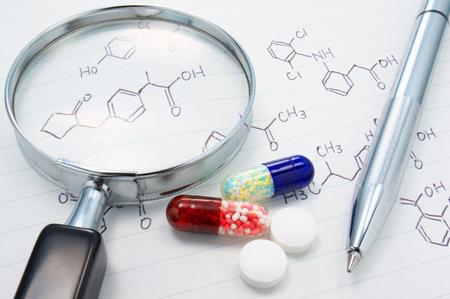 pilule: Medicina Examinar Medicamentos, lupa y estructura de fórmula Foto de archivo