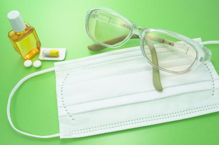 pilule: Cristal de protecci�n, mascarilla y medicamentos