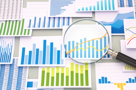 多くのグラフと虫眼鏡。グラフを確認します。重要なデータを検索し、分析します。