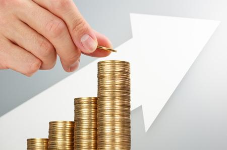 矢印の増加とコインを入れ。あなたの資産を構築しています。収益とより多くのお金を節約します。500 円硬貨を入れて、逆さまに成長とコイン グラ