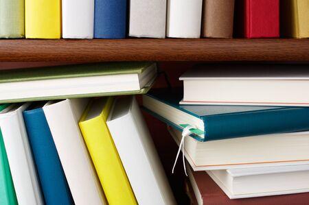 カラフルな本の本棚。木製の本棚のクローズ アップ。