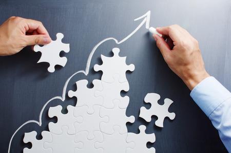 단계 모양의 지그 소 퍼즐에서 작업. 칠판에 화살표를 그리기. 성장 전략을 만드는 컨셉 이미지. 스톡 콘텐츠