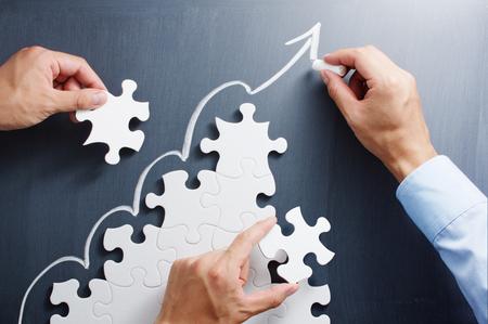 Werken op stappen vormige puzzel. Het opstellen van de pijl op het bord. Concept beeld van het maken van de groeistrategie.