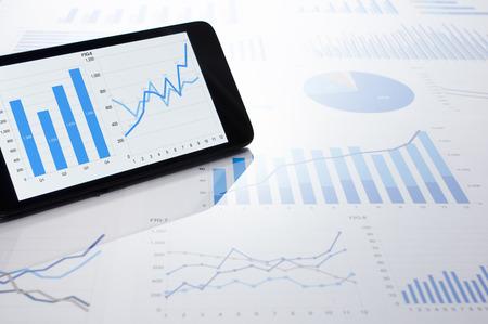 ビジネス データ、グラフおよびスマート フォン。多くのチャートとグラフ。反射防止とフレア。 写真素材