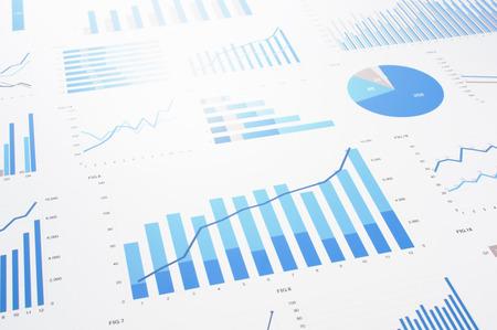 多くのチャートとグラフ。反射防止とフレア。データ収集、統計作業のコンセプト イメージ。