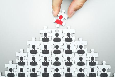 Selección de líder de organización empresarial. Gestión de recursos humanos ... Head hunting. Montaje de rompecabezas. Organización de la jerarquía de personas de negocios.