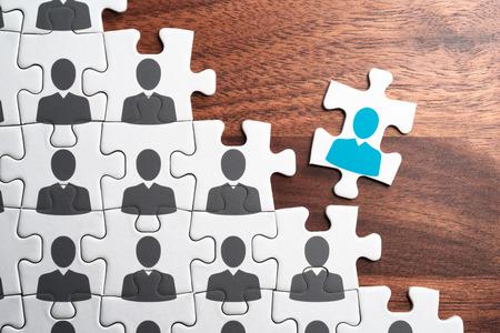 Personal-, Beschäftigungs- und Einstellungskonzept. Zusammenbau des Puzzles auf dem Schreibtisch aus Holz. Personalmanagement... Eine erfolgreiche Organisation schaffen.
