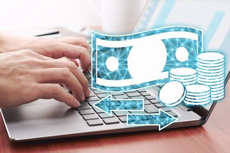 Concepto de transferencia de dinero en línea. Usando una computadora portátil para el pago por Internet. Iconos de computadora portátil y dinero.