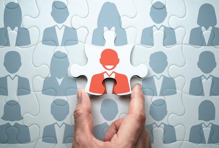 Selezione del leader e creazione del team. Concetto di leadership aziendale. Collegamento dell'ultimo pezzo del puzzle. Archivio Fotografico