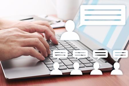 Concetto di comunicazione Internet. Uomo che pubblica messaggi sui social media. Icone del computer portatile e della persona.