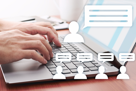 Koncepcja komunikacji internetowej. Mężczyzna publikujący wiadomości w mediach społecznościowych. Ikony laptopa i osoby.